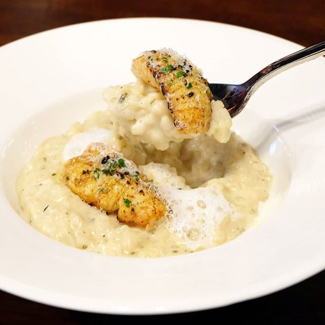 A dish I would certainly go back for, House of MU'sCrayfish Truffle Cream Risotto ($26) was wonderfully warm and comforting.Made for truffle lovers, the decadent risotto was both creamy and rich butaccented with just the right amount of truffle - giving the smooth grains an incredible aroma andlight earthy flavour.Topped with parmesan shavings and chunks of fresh, succulent seared crayfish; the dish was easily a hit at the table.