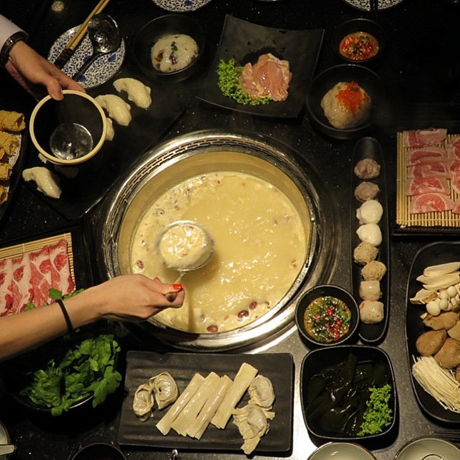 Feeding the hungry folks after 10pm because there is 30% discount for beauty hotpot.