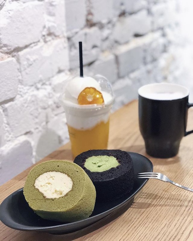 OSULLOC | We ordered the green roll (white) and black roll and I very much preferred the former.