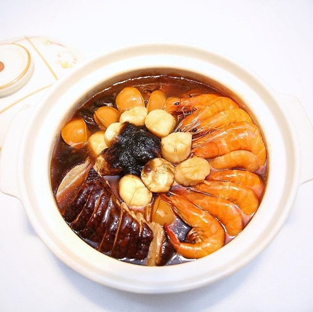 Deluxe Pen Cai for 10 pax from @peachgardensg 🍊🍊 The basin is filled with delightful layers of premium ingredients like baby abalone, black fungus, sea cucumbers, dried oysters, prawns, scallops and black moss.