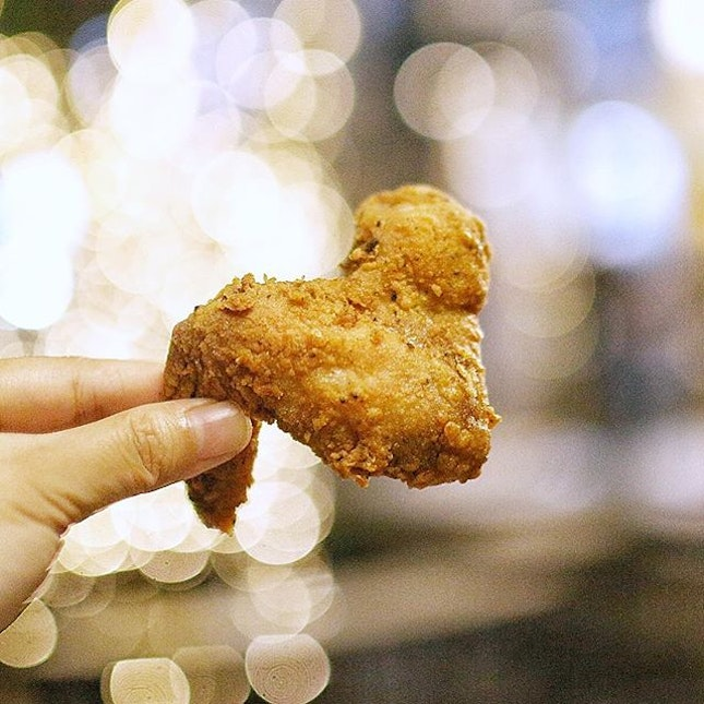 I have a seriously fried chicken wing craving right meow just like this one from @tapsingapore!