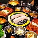 Wang Dae Bak Restaurant That huge piece of pork belly cooking on the charcoal grill!!