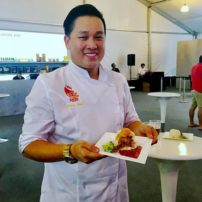 Super excited at chef Wayne's collaboration with labyrinth chef Han to dish out this amazing plate of chilli crab ice cream sandwich using deep fried soft shell crab, chilli crab ice cream and steamed mantou bun as the sandwich holders.