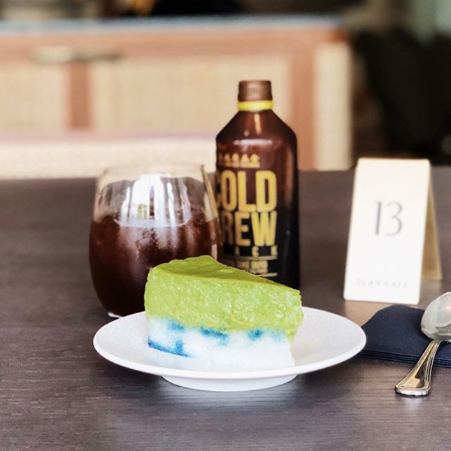 The amazing aesthetics at @clancafe is synonymous with all the establishments by the @lobeholdgroup, leaving you in awe of the place as you are with their kueh salat.