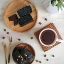 Spending the weekend at home with these decadent brownies from @thebackyardbakers.