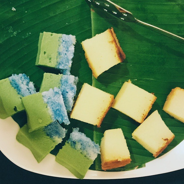 No Peranakan meal can end without some sweets and none the better than two of my favourite types of Nyonya Kuih - the green and blue pea flower-tinged Seri Muka and Bengka Ubi.
