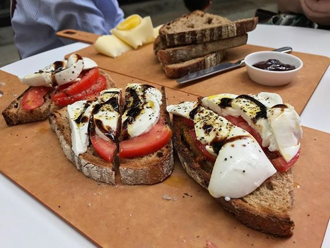 Sourdough platter: Mozzarella & tomato (RM28) @tommylebaker_kgattap .