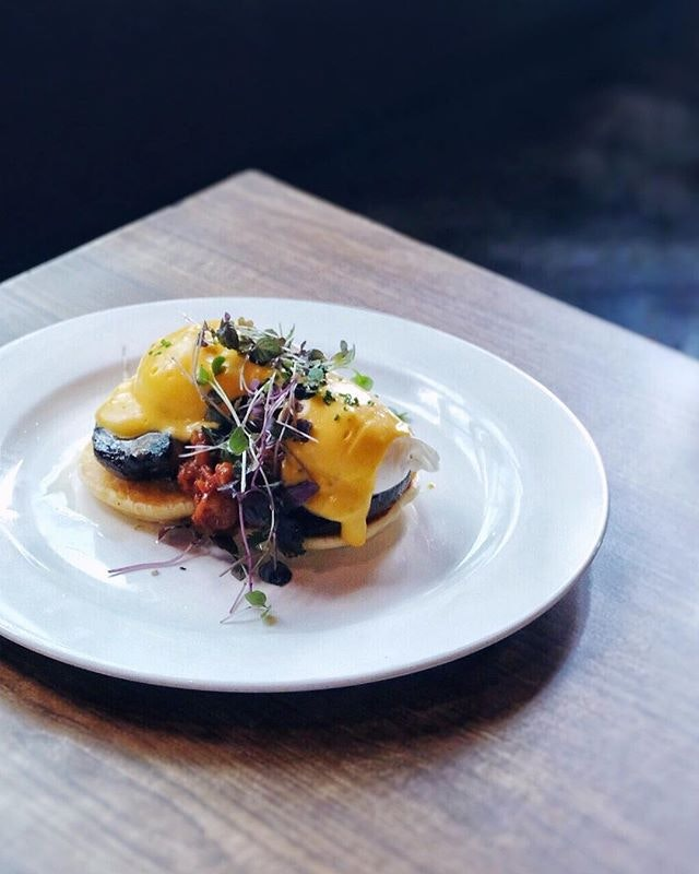 The Red Beanbag never disappoints 😋🍳Stuffed portobello mushrooms served with poached eggs, hollandaise, tomato chutney & fluffy pancakes 👆🏻🥞☕️ .