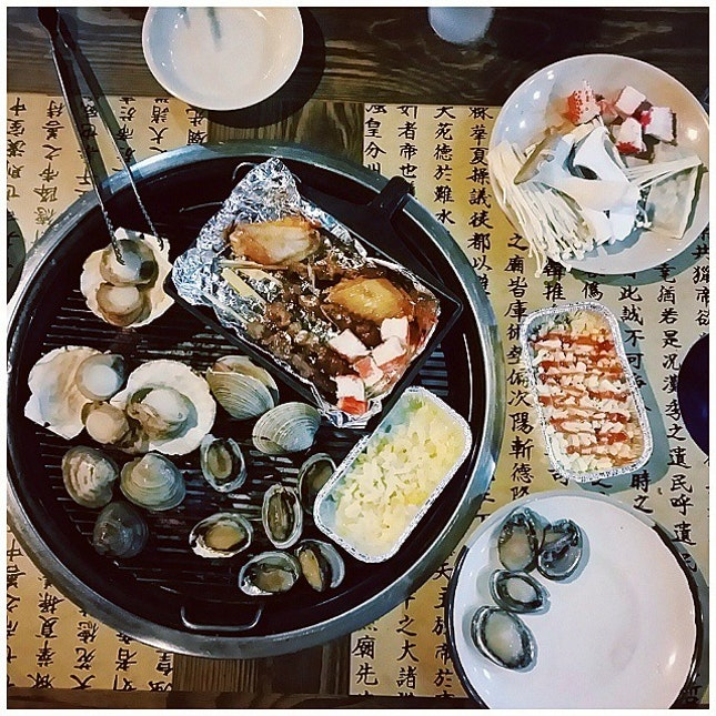 Seafood buffet dinner - Scallops and abalone, into my tummy now!