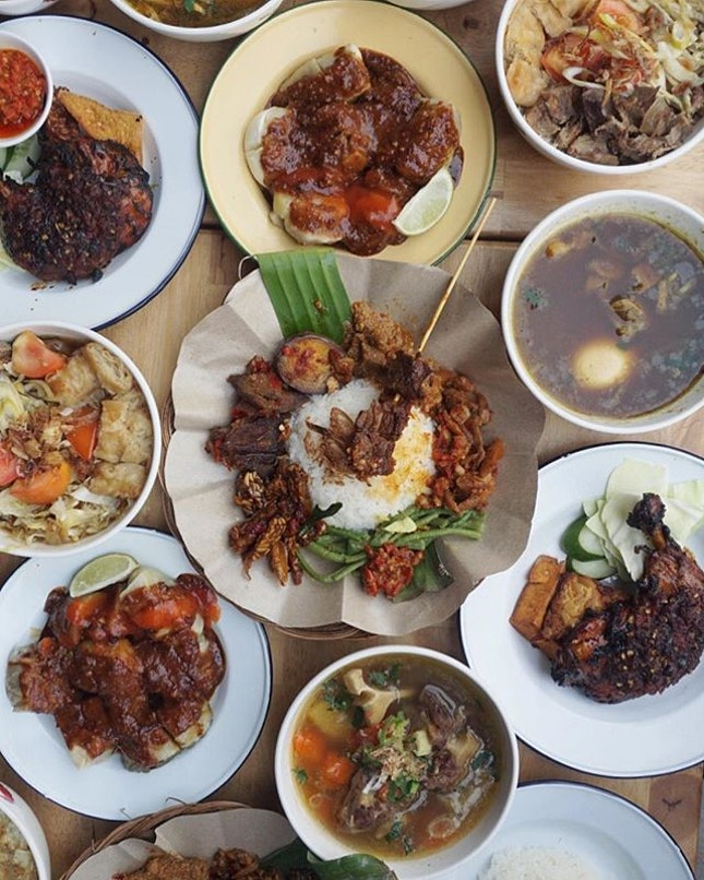 🇲🇨Traditional Indonesian warung-style soup dishes and street snacks at @toktoksg!