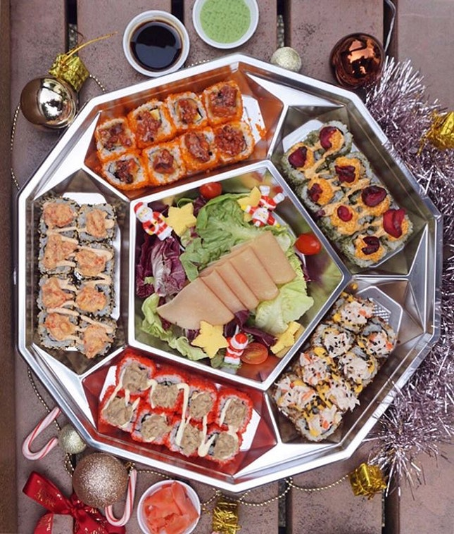 🎅🏻The Santa chefs from @sakaegrpsg have tastefully crafted various Christmas Festive Platters to keep your party bustling!