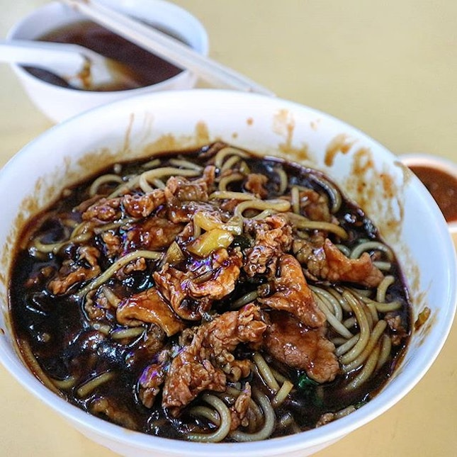 Jet black and gooey gravy enveloped the white beehoon and thinly sliced beef.