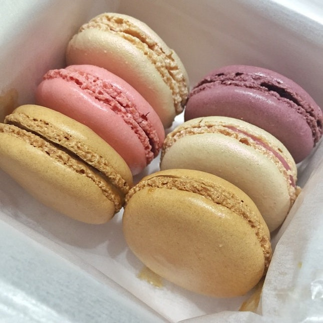 All these lovely Laduree macarons lining up prettily in a row 😍 Pretty desserts make my day!
