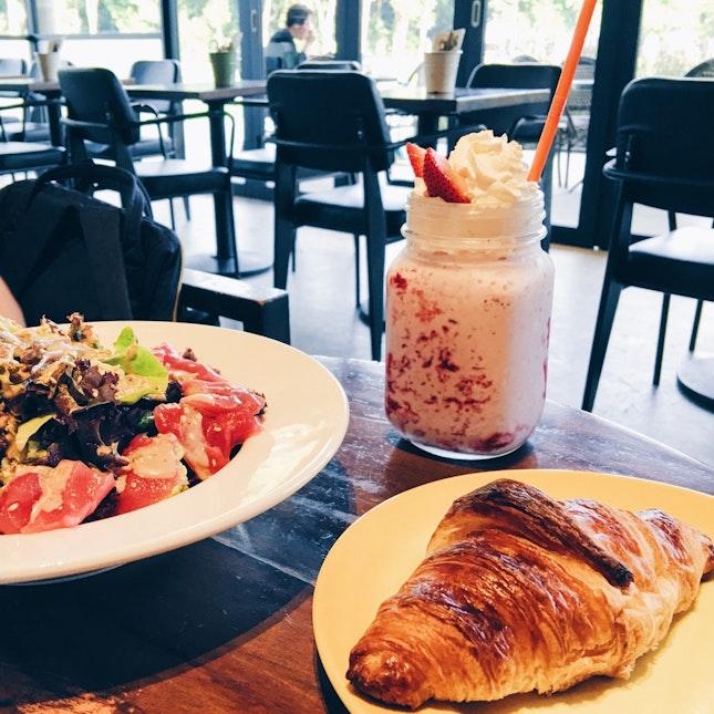 Croissant & Sashimi Salad