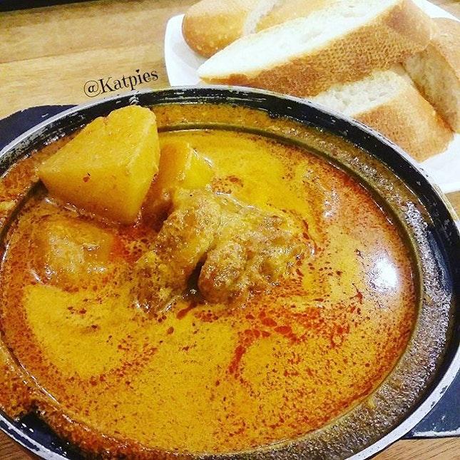 Claypot Curry Chicken 砂锅咖哩鸡 (S$4.50) with Bread (S$0.80) from Kari Kari.