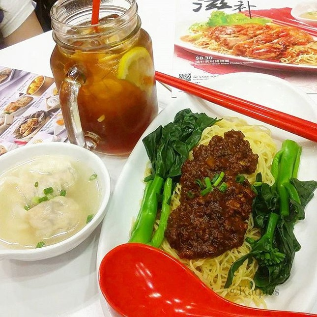 Today's lunch: Sweet and Spicy Minced Pork in Tomato Sauce Noodle Set Meal which includes a Drink (Iced Lemon Tea) and Dumplings (S$7.90).