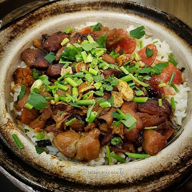 🐥 Kung Pao Chicken Claypot Rice (S$5.80) 🐥  I really get a kick out of scrapping the charred rice off the sides of the claypot and then munching on the crusty bits.