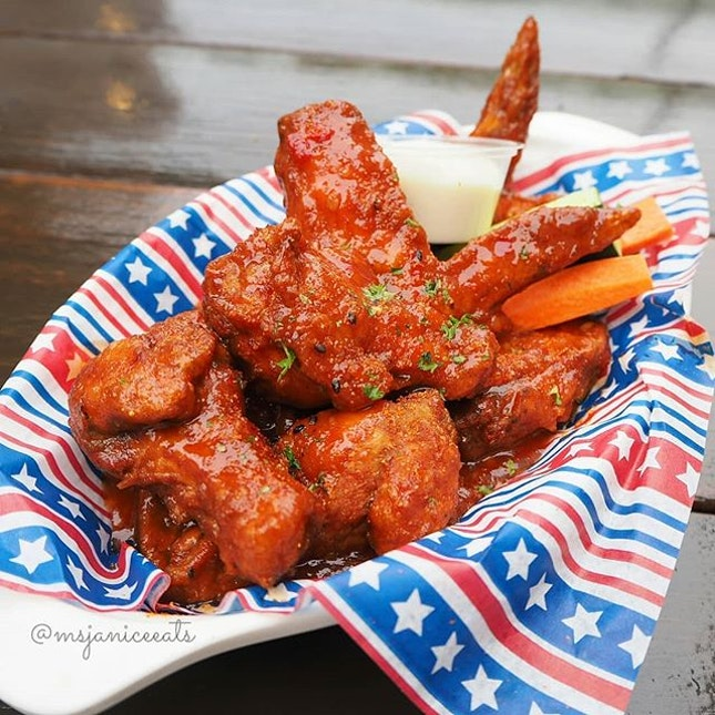 🐥 Buffalo Wings (S$16.00) 🐥  The deep fried chicken wings are coated generously with a mouth-watering tangy and mild spicy sauce and served with a blue cheese dip.  A perfect snack to go along with a hearty mug of beer!