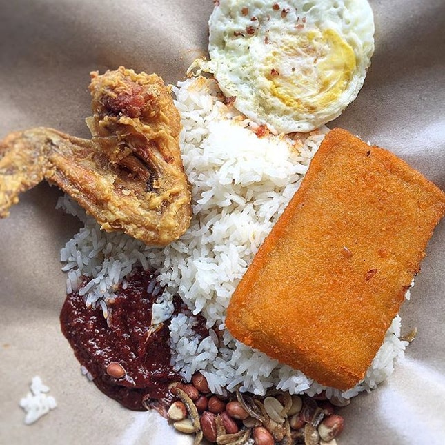 One of the Nasi Lemak that I like from Boon Lay Power Nasi Lemak.