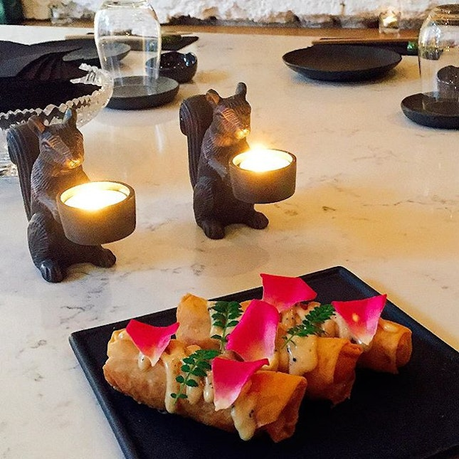It's a rainy Monday again which makes working so bleahz :( Thinking about these pretty-looking seafood rolls we had @ TFS (Private Works).
