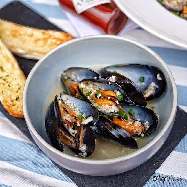 150g air-flown Scottish mussels toasted in Sake and served with 2 slices of garlic bread.