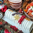 One of my fav Christmas log cake is this Coconut Mousse with Calypso Mango Yule Log ($88.00) from Four Seasons Hotel Singapore @fssingapore It's light and fluffy that I had 3 slices at one time and craving for more 😋😋 .