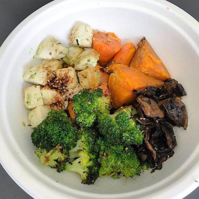 Petite bowl [$9] With different sizes of Build Your Own Bowls offered - petite, regular, large, I had the petite one which comes with 1/2 protein, 1 carb, 2 supplements, 1 topping and 1 dressing.