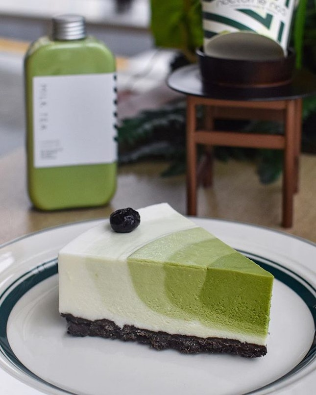 1️⃣Matcha cheesecake [5500KRW ~>$6.60] Limited to only 16 pieces per day, be there early or pm to reserve!✨ Comprising of triple layers of matcha flavours with increasing intensity: no.3 > 4 >5, the bulk of the cheesecake is still an original cream cheese flavour lying on a base of Oreo cookie crumble.