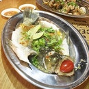 [Jelly星期三] Local Kelong farmed Seabass • Cooked in Thai-style • The flesh so sweet and delicate, I almost finished the whole fish without giving him @spoonfeedsjelly 😂 • - - 📍 Ah Hua Kelong Singapore Pasarbella The Grandstand 200 Turf Club Road Unit 02-K2 Singapore 287994 Tel: 8655 3074 www.AhHuaKelong.com Open daily