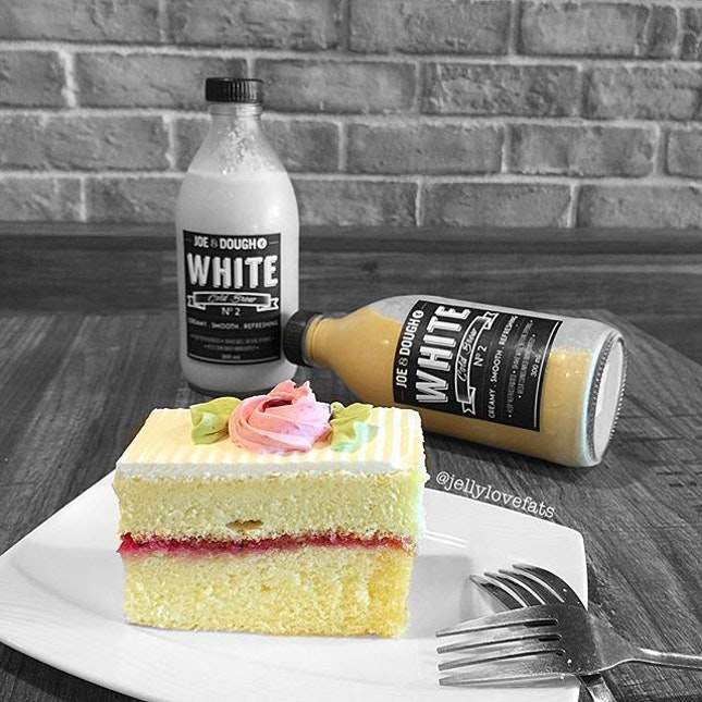[jelly星期五] Cold Brew White $7.80 plus Dragonfruit Lychee Buttercream Cake $4.20 ❣ White was quite good but abit too milky for me, I wish coffee dosage was stronger ❣ Cake?