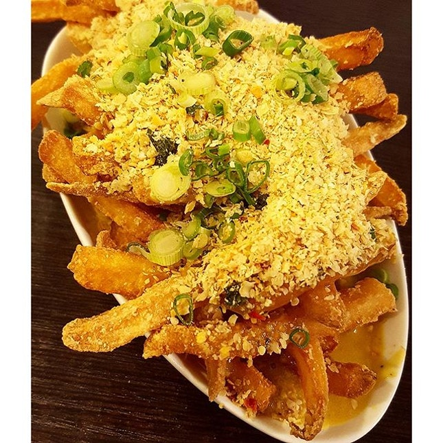 Salted Egg Yolk Fries ~ Topped with buttered cereal, fries that stays crunchy & doesn't turn soggy even when drenched w the sinful salted egg yolk sauce at the bottom 😁😋 #throwback #sabbyisafoodie #burpple #cafe #cafesg #sgfood #igsg #sgig #foodie #foodiesg #foodgasm #foodporn #instadaily #instagood #instafood #instasg #fries #food #shiok #saltedeggyolk #yummy #lookatthatsauce #flavourflings #singapore #sg #asia