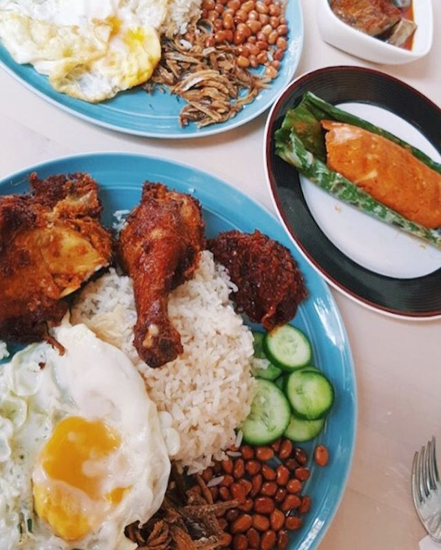 My go to Nasi Lemak has always been Selera at Adam Road but recently,the name Coconut Club has been creeping up stealthily as well.