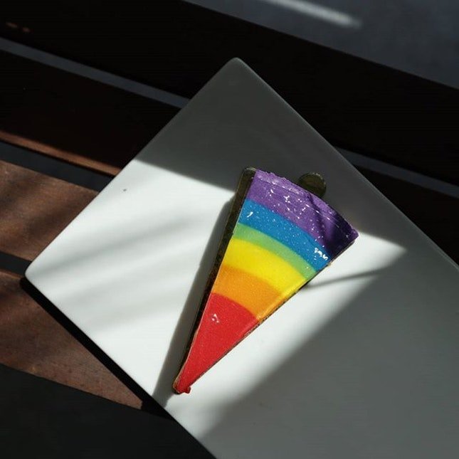 The Rainbow Cheesecake can be one of the biggest gimmicks there is in desserts with which I tend to avoid; a pretty outlook with an underwhelming personality.