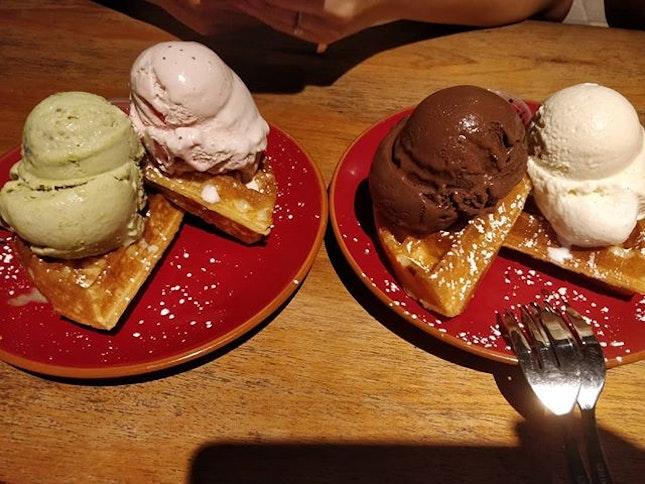 @hootbangs @jiaqian @markchenkl #klthew ice cream last night after chomp chomp.
