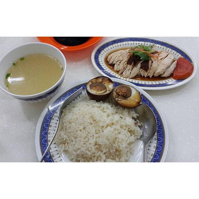 Boneless roasted chicken rice🐓 #luckychickenrice#sgfood#chickenrice#chinesefood#singapore#burpple#foodie#fooddiary#instafood#yummyinmytummy#yummyfood