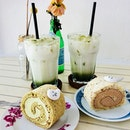 Monday chillout with these yummy roll cakes and matcha lattes.