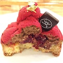 MAISON KAYSER --------------- L'equinoxe --------------- Chocolate mousse tart with raspberry fillings, raspberry frosting and gold flakes!