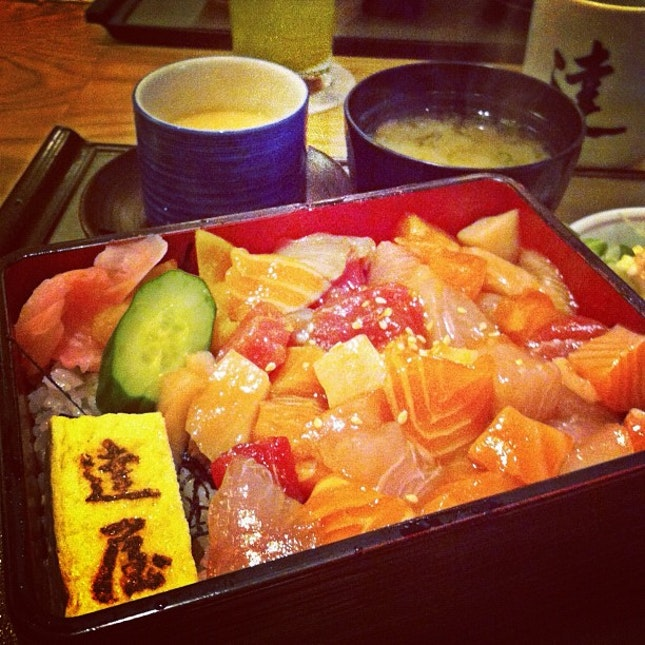 Barachirashi bento lunch at Tatsuya. Chirashi don is one of my favourite things (things - cos I love it more than socks) in the world. Where else can I can good chirashi besides Aoki and Ginza Kurosan? #sgfoodie #raw #sashimi #japanese #food #foodgasm #foodporn #healthy