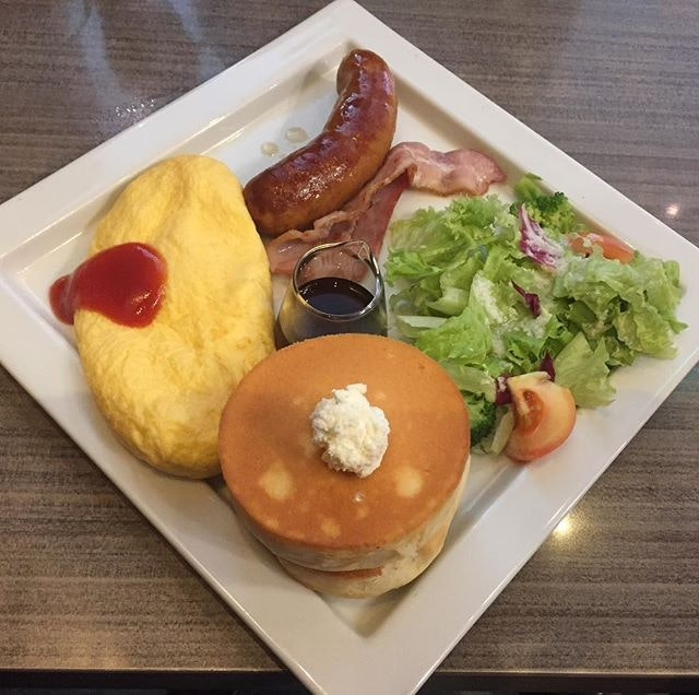 Omulet Plate ($18.80) 🍳 Mini Soufflé Omulet & Mini Soufflé Pancake with Sausage & Bacon 🥓 Waited almost 30mins for this dish & I must say 'NOT Worth the wait'!
