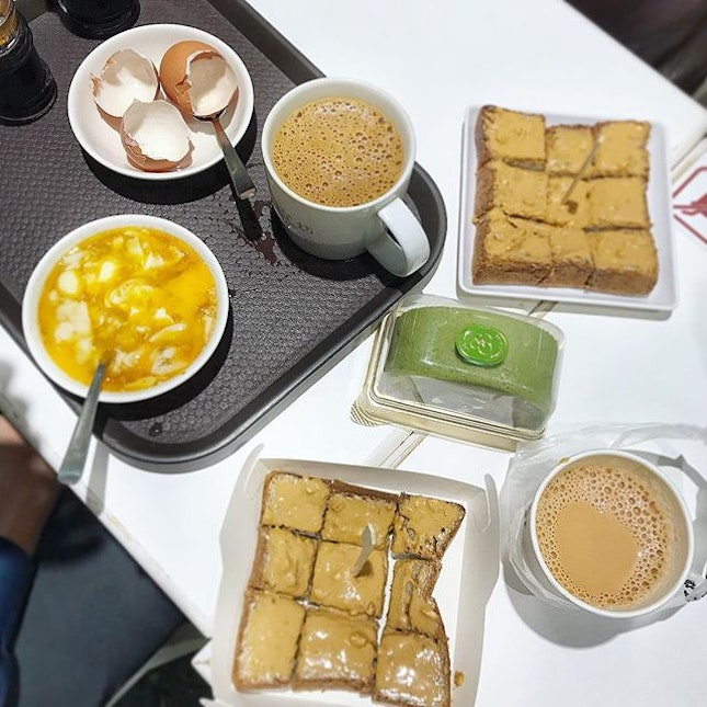 A simple breakfast spread almost never fails to cheer the morning up.