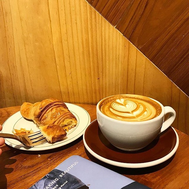 Nothing like settling down with a good book, a well-pulled coffee from @commonmancoffee and a buttery, flaky croissant @tiongbahrubakery.