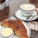 Une cafe et croissant.