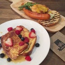 Read More on Ultimate Brunch Guide Singapore edition (link in bio)  Deep Fried Poached Egg on Portobello ($18++) and French Toast with Berries ($14++)