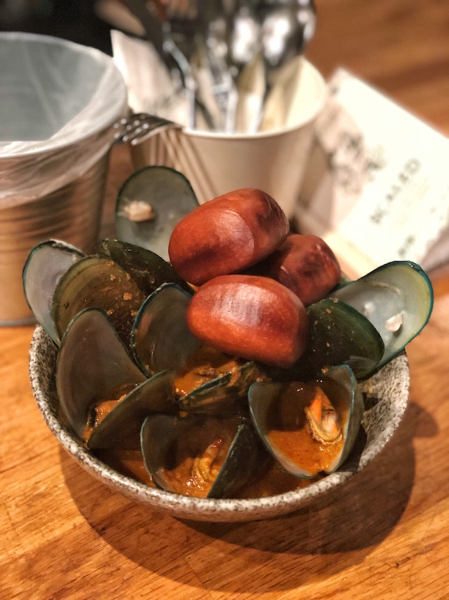 Curry Mussels with Mantou($16)