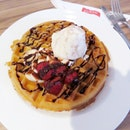 Tutti Frutti Waffle w/ honey malt crunch premium ice cream😚 I'm such a waffle lover💕 Decided to try Gelare this time round.