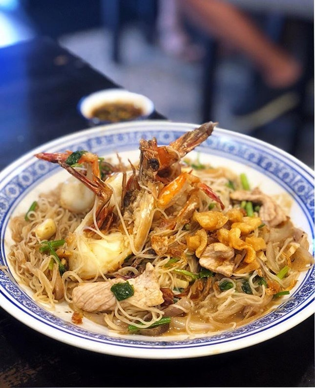 They're popular for their prawn mee soup with rich broth and big prawns; but try this big prawn White Beehoon on their menu b'cos it is the real dark horse.