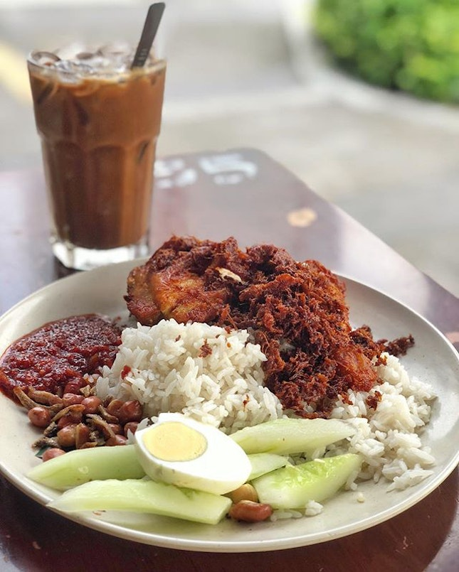 In KL and travelled half an hour for this famous Nasi Lemak Ayam Goreng, and it was will worth it!