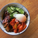 With a mixture of melt-in-the-mouth braised pork belly, mushrooms, cucumbers, cherry tomatoes, and a perfectly flowy egg, the Modern Braised Meat Rice definitely reminded me of the so-called ''poke bowls''.