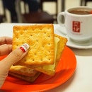 Atas so-ta-biah 😄 <Kaya butter crackers from Yakun> So comforting with the Kopi.
