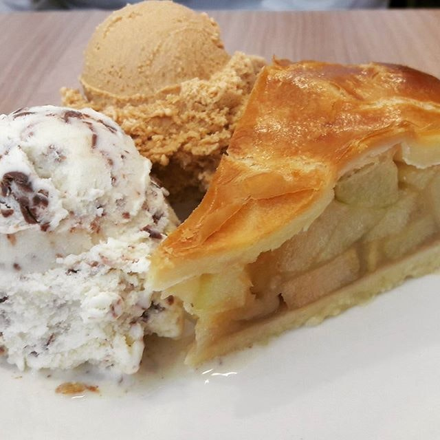 Craving for a hearty supper like this good old Apple pie with smooth, rich ice cream on the side!